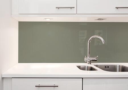 Glassplate kjøkken i trendfargen dus grønn