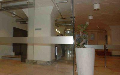 Glassvegger og glassdører rundt resepsjon