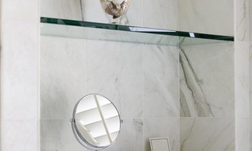 Glasshyller på bad