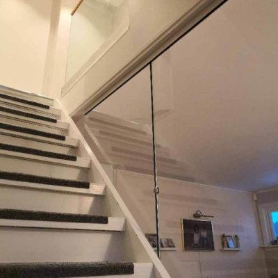 Glassvegg mot trapp inne