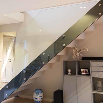 Glassrekkverk i trapp inne