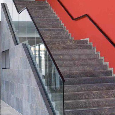 Glassrekkverk til trapp innvendig stenderfritt