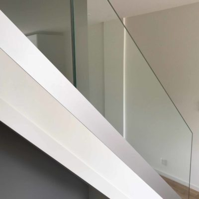 Stolpefritt glassrekkverk til trapp inne