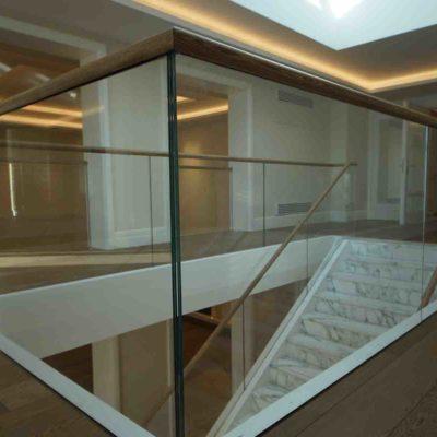 Glassrekkverk inne rundt trapp