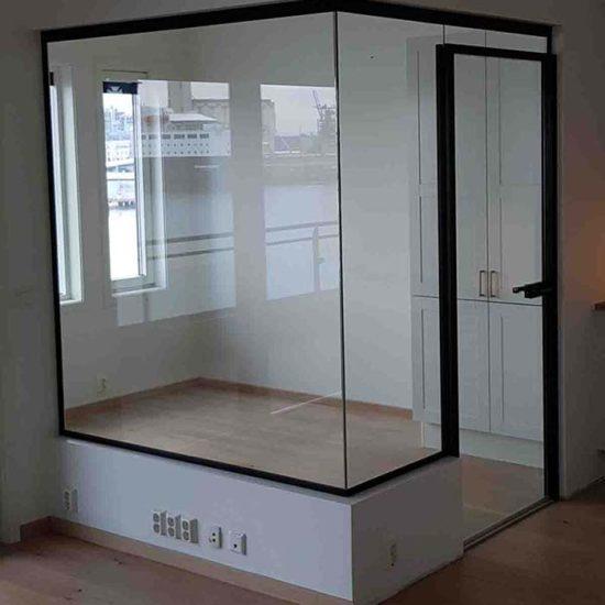 Glassvegger med svarte profiler til hjemmekontor