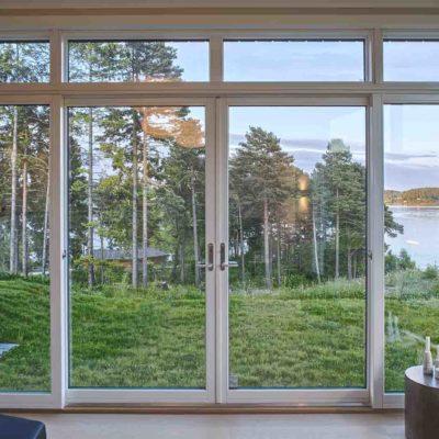 Store vinduer og glassdører