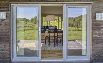 Skyvedør i glass ut mot terrasse