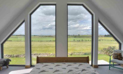 Store vinduer fra vegg til tak