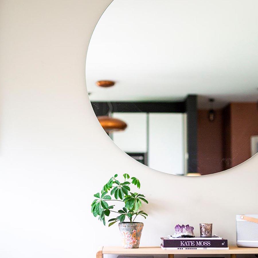 Stort rundt speil i stedet for bilde på veggen