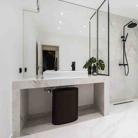 Speil tilskåret på mål for å passe inn på badet