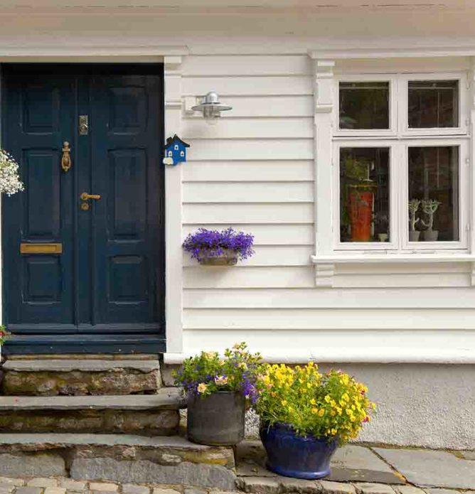Gammelt hus med tradisjonelle vinduer med sprosserut gamle vinduer med nye topp moderne vinduer